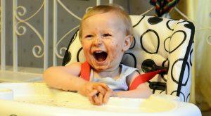 Pourquoi est-il si important d'offrir un bavoir à son bébé?