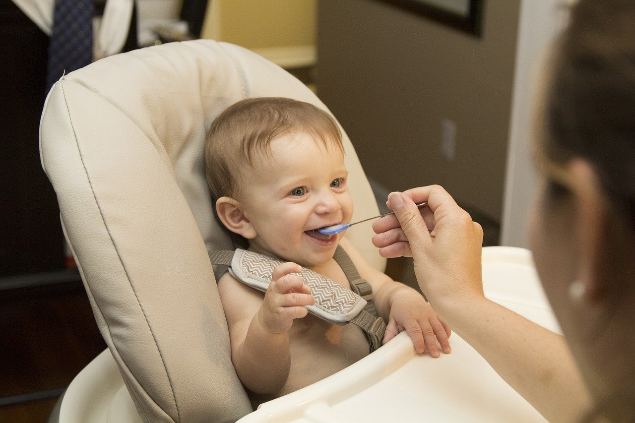 Voici les meilleurs conseils pour apprendre à son bébé à manger seul comme un grand