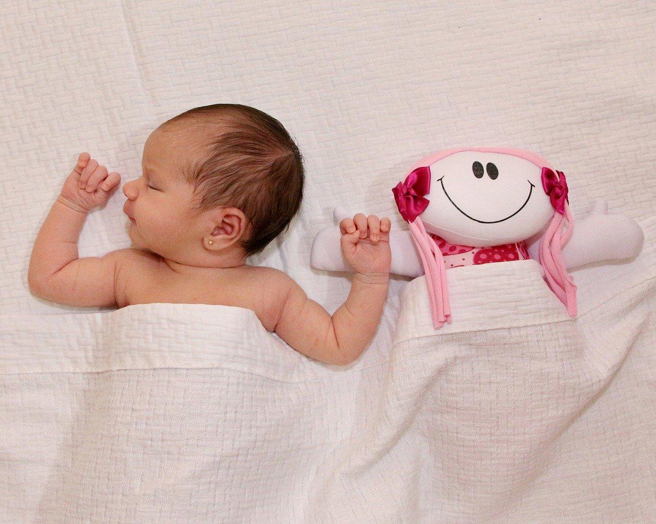 À quel âge peut-on laisser son bébé dormir avec son doudou?